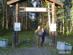 Посетители Поросенков Лог во время крестного хода, ворота, мемориал романовых, поросенков лог