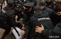 Разгон несанкционированной акции протеста сторонников Алексея Навального на Площади Труда. Екатеринбург, драка, беспорядки, потасовка, полиция, оцепление, задержание