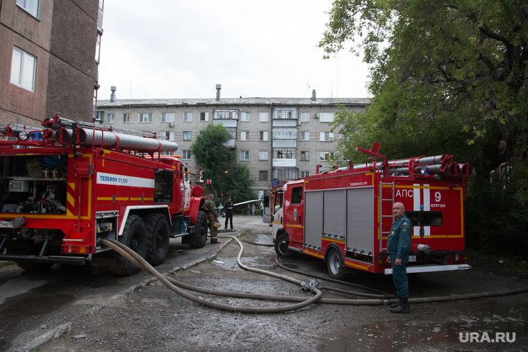 Пожар на ул. 1-ая Заводская, дом 20. Курган, пожарный шланг, пожарные машины