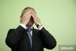Визит кандидата в губернаторы Тюменской области Александра Моора. Нижневартовск, моор александр, портрет, закрыл лицо руками, закрыл глаза, не вижу