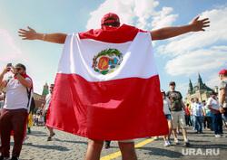 Футбольные болельщики в Москве, перуанские болельщики, флаг перу