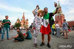 Болельщики на Никольской и Красной площади. Москва, гимнастика, селфи, шпагат, сомбреро, красная площадь, мексиканские болельщики, флаг мексики