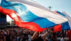 Фан-зона в ЦПКиО Маяковского. Матч Россия - Испания. Екатеринбург, толпа, флаг россии