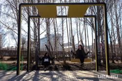 Скейт-парк около Дворца Молодежи. Екатеринбург, подростки, девочки, весна, качели