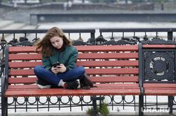 Виды Екатеринбурга, девушка, скамейка, пишет в телефоне