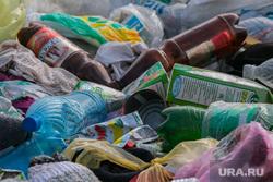 Свалка мусора в частном секторе города не перекрестке улиц Чкалова и Зеленой. Курган, помойка, пластиковые бутылки, пустые бутыли, мусор, свалка