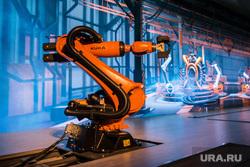 ИННОПРОМ-2014: проходка Дмитрия Медведева по выставке и пленарка. Екатеринбург, робот