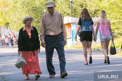 Жители города. Курган, поколения, пожилая пара, пенсионеры на прогулке