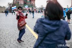 Первомайская демонстрация в Москве на Красной площади. Москва, туризм, фото на память, селфи, триколор, флаг россии, красная площадь, туристы