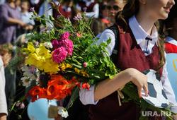 Открытие фестиваля «Безумные дни» в Екатеринбурге, школьница, букет, первое сентября, праздник, цветы
