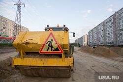 Строительство дороги по ул. Бурова-Петрова. Курган, дорожный знак, машина каток