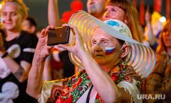 Фан-зона ЦПКиО. Матч Россия - Хорватия., пенсионерка, снимает на телефон, болельщица, бабушка, болельщики сборной россии