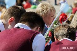 Открытие фестиваля «Безумные дни» в Екатеринбурге, роза, первоклашки, первое сентября, школьники, праздник, презент, подарок, цветы