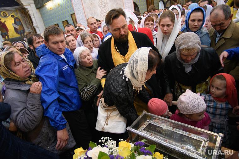 Мощи святителя Спиридона Тримифунтского в Храме на крови. Екатеринбург, верующие, давка, толкучка, паломничество, толпа, мощи спиридона тримифунтского