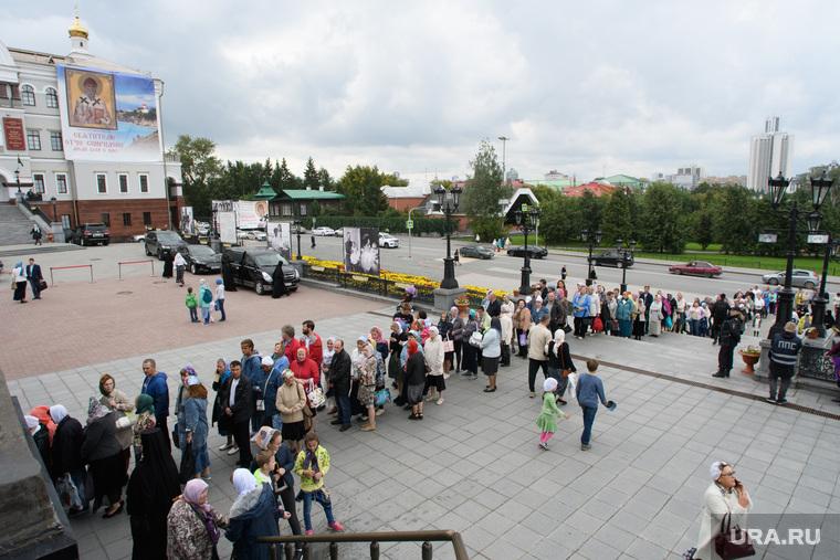 Мощи святителя Спиридона Тримифунтского в Храме на крови. Екатеринбург, паломники, очередь, паломничество