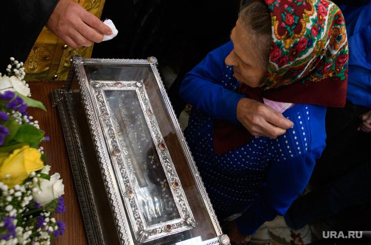 Мощи святителя Спиридона Тримифунтского в Храме на крови. Екатеринбург, паломники, паломничество, мощи спиридона тримифунтского