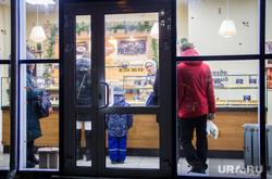 Вечерний Магнитогорск, дверь, продукты, покупатели, зима, магнитогорск, магазин, еда, вечер, после работы