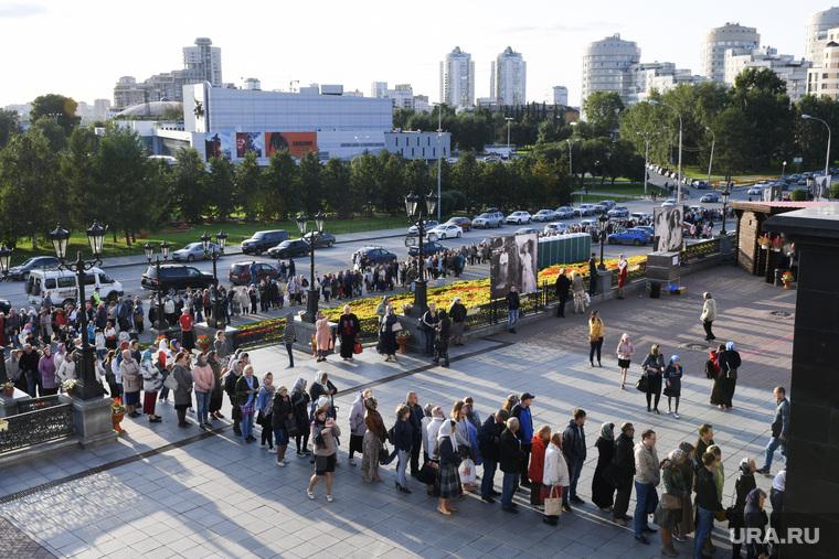 Очередь у Храма на крови к мощам. Екатеринбург
