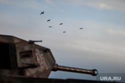 Реконструкция боевых действий Великой Отечественной войны. Сургут, самолеты, вов, авианалет, реконструкция боя, немецкий танк, авиция