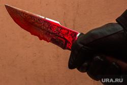 Окровавленный нож. Курган, кровь, охотничий нож, нож в руке, окровавленный нож, убийство