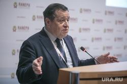 Гайдаровский форум-2018. Второй день. Москва, макаров андрей, жест рукой