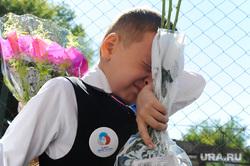 1 сентября линейка в школе 107 Челябинск, слезы, школа, первоклассник