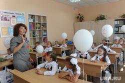 1 сентября линейка в школе 107 Челябинск, учитель, класс, школа, первоклассники