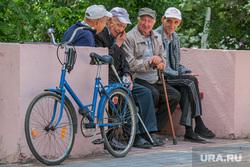 Разное. Курган  , старики, велосипед, беседа, пенсионеры на скамейке, пожилые люди, посиделки, компания стариков
