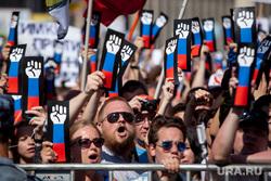 Митинг Либертарианской партии против пенсионной реформы. Москва, плакаты, рука, триколор, протест, лозунги, кулак, протест