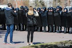 Шествие сторонников Навального. Челябинск, омон, щиты, снимают на телефон, оцепление