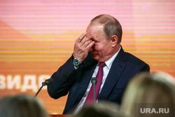 Ежегодная итоговая пресс-конференция президента РФ Владимира Путина. Москва, путин владимир, чешет глаз
