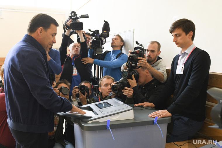 Куйвашев голосует на выборах в ЕГД. Необр