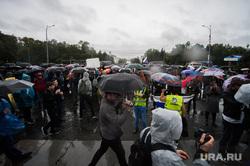 Несанкционированная акция против изменения пенсионной системы в Екатеринбурге, зонты, непогода, митинг, дождь, толпа