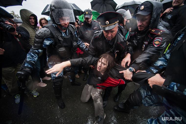 Несанкционированная акция против изменения пенсионной системы в Екатеринбурге, омон, митинг, полиция, задержание, акция против пенсионной реформы