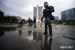 Несанкционированная акция против изменения пенсионной системы в Екатеринбурге, омон, здание правительства со, октябрьская площадь
