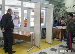 ВЫБОРЫ 2018. Голосование. Салехард, казак, рамка металлоискателя, полиция, избирательный участок, голосование