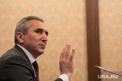 Пресс-конференция ВРИО губернатора тюменской области Александра Моора. Тюмень, моор александр, жест рукой