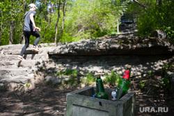 Шарташский лесопарк. Каменные палатки. Екатеринбург, мусор, парк, мусорка, урна для мусора, бутылки с алкоголем, лесопарк