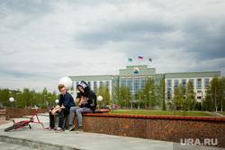 Город летом. Сургут, подростки, уличные музыканты, администрация сургута, город сургут, игра на гитаре