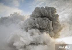 Пожар на улице Карьерной, 30. Екатеринбург, дым, пожарные, тушение пожара
