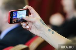 Пленарное заседание по итогам дискуссий партии Единая Россия. Челябинск, смартфон, рука, айфон, iphone, татуировка, единая россия, разбитый экран