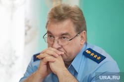 Зам генпрокурора Юрий Пономарев ведет личный прием граждан. Шадринск, пономарев юрий, руки у лица