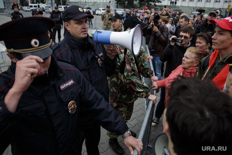 Несанкционированная акция против изменения пенсионного законодательства в Перми, рупор, мегафон, ограждение, полиция, несанкционированный митинг