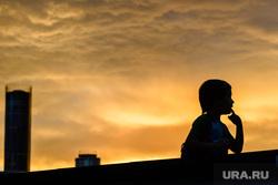 Вечер в Екатеринбурге, башня исеть, ребенок