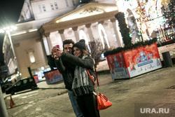 Предновогодняя Москва. Иллюминация. Москва, влюбленные, пара, селфи, большой театр, новый год, вечерняя москва