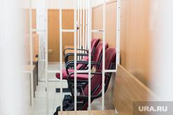 Судебный процесс экс-руководителя зауральского управления ФСИН Ильгиза Ильясова. Курган, пустое кресло, зал суда, решетка
