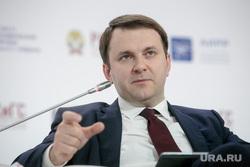 Гайдаровский форум-2018. Второй день. Москва, орешкин максим, жест рукой