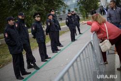 Несанкционированная акция против изменения пенсионного законодательства в Перми, пенсионерка, ограждение, полиция, протест