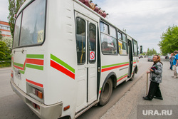 Виды города. Шадринск , бабушка, автобусная остановка, пазик, автобус, пассажир, пожилая женщина