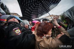 Несанкционированная акция против изменения пенсионной системы в Екатеринбурге, митинг, полиция, женщина с зонтом, несанкционированный митинг, акция против пенсионной реформы, толпа, задержание